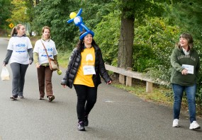 volunteer-with-balloon-hat